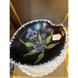 Plat noir fleuri